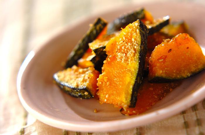 サツマイモではなく、かぼちゃで作る大学芋。火が通りにくいイメージのかぼちゃですが、常温から揚げる事で中までしっかり火を通します。