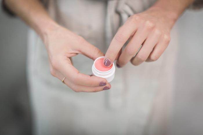 各商品ごとにおすすめの使用頻度は変わりますが、基本的には週に1~2回程度で十分です。美しさを保つために毎日やりたくなってしまいがちですが、頻繁にやり過ぎると唇を守る皮膚まで剥がしてしまい、余計に乾燥してしまったり黒ずみが出来てしまうことがあります。普段はリップクリームなどでケアしながら、週1~2回のスペシャルケアとしてリップスクラブを取り入れるのが◎。