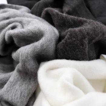 ふわふわの裏起毛で保温性バツグン。袖と裾にはリブが付いているから暖かい空気を逃がさず、冷えた外気の侵入を防いでくれます。