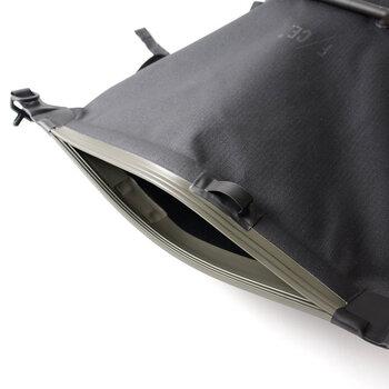 専用の機械で特殊加工を施し、縫い目のない1枚生地によって作られたバックパック。開口部はジップロック式で完全な密閉状態になるため、雨や雪が入りこみにくいデザイン。
