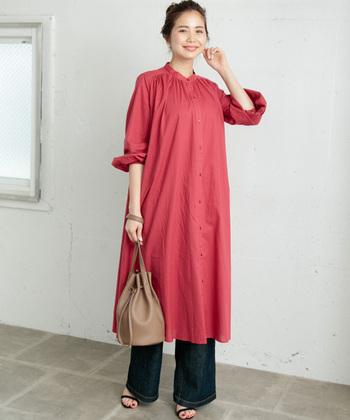 こちらは上品なAラインシルエットと、すっきりとしたノーカラーデザインがおしゃれなシャツワンピース。シンプルなデザインなのでレギンスやワイドパンツ、スキニーデニムなどどんなボトムスにも合わせやすく、様々なコーディネートが楽しめます。落ち着いた色味の赤のロングシャツは、夏~秋の季節の変わり目にもおすすめです。