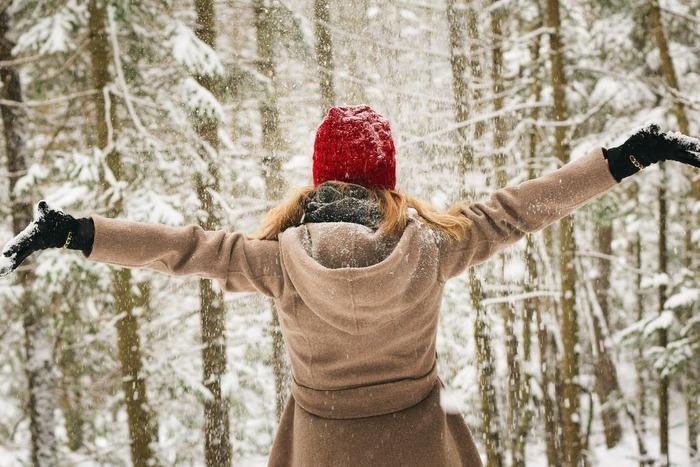 雪が降る寒い日には、ついついお出かけするのが億劫になりますよね。雪で服が濡れてしまうのが気になりますし、なにしろ体が冷えてしまいます。でも、雪の日もおしゃれを楽しめたら、憂うつなお出かけも楽しくなると思いませんか?