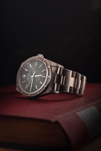 """カルティエ、オメガ、ロレックスなどのアンティーク・ヴィンテージパーツの取扱いも多く、時計好きに厚く信頼される吉祥寺のお店。古い時計のベルト交換も安心して依頼できます。""""どんな時計でも直せる街の時計屋さん""""を目指していらっしゃるそうなので、他の時計店では修理を断られてしまったような場合でも、ぜひ相談してみて下さい。"""
