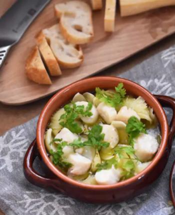 煮物にも使える、ゆり根。ガーリックとハーブを加えたオリーブオイル煮は、ほんのりレアなホタテとほっくりしたゆり根のコンビネーションが格別です。さっぱりと食べられるので白ワインとの相性も最高。