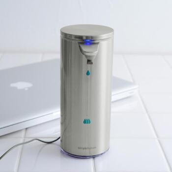USBケーブルで充電でき、防水タイプで丸洗いもできるので使い勝手抜群です。266mlの容量で、底が透けて見えるので残量の確認もかんたん。ボトルの周りが水や液だれで汚れてしまう心配がないのも、毎日使うにはうれしいポイントですね♪