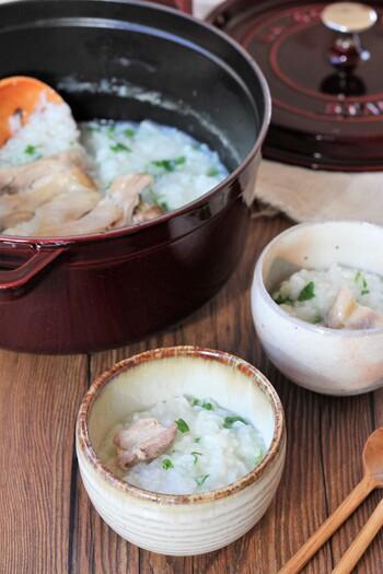 中華風の味付けで食べやすい七草粥。鶏肉が入って食べ応えもあるので男性も満足できるレシピです。お米と一緒に鶏もも肉を煮込むので、旨味もしっかり詰まっています。