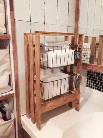 キッチンや洗面所で活躍するかご収納も、すのこを使えばDIYも楽々!ワイヤーバスケットがジャストサイズで使えます。