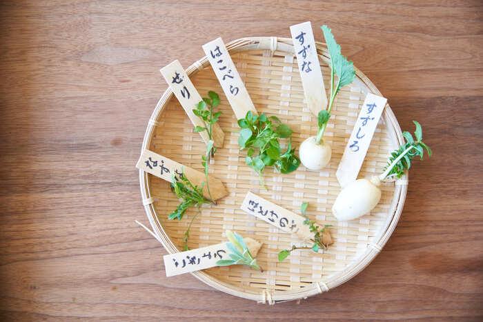「セリ・ナズナ・ゴギョウ・ハコベラ・ホトケノザ・スズナ・スズシロ」 七草粥に使うのはこの7種類。あまり馴染みのない名前もありますが、ナズナはペンペン草、ススナはかぶ、スズシロは大根のことなんですよ。スーパーでは七草がセットになって正月明け頃に店頭に並びます。