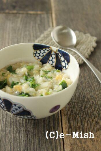 こちらは七草粥を卵でとじた一皿。調味料は塩の代わりにだし汁と醤油を使うので、卵にもぴったりですね。雑穀米を入れているので栄養満点な七草粥です。