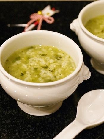 こちらの七草粥は、豆乳・昆布茶・抹茶を加えてアレンジしたレシピ。豆乳でまろやかに、昆布茶で旨味をプラスし、抹茶で香りよく仕上げます。やさしい味わいながら、シンプルな七草粥とは異なる味付けが◎