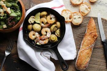 アヒージョの基本的な作り方から美味しく作るコツ、作ってみたいアヒージョレシピをご紹介しました。簡単で食卓が華やぐ「アヒージョ」は、おもてなしにぴったり!おうちでバルの本格的な味わいを楽しんでみませんか?