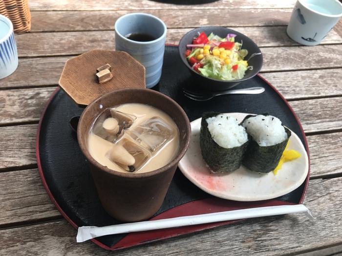 落ち着いた住宅街の中にある和風カフェ「花ごよみ」。「朝は和食が食べたい」という人におすすめで、おにぎり・おかゆ(夏は冷やし茶漬け)・トーストから選べます。飲み物代金のみでサラダや茶碗蒸しまでつくのでとってもお得ですね♪気持ちのいいテラス席もありますよ。