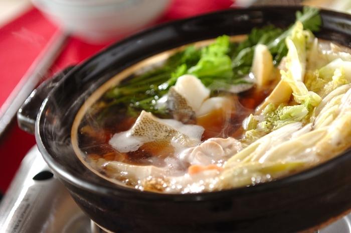 たらと白子を使った鍋。だしは、シンプルに昆布をベースとした合わせだし。ポン酢にゆずを加えてさっぱりといただけます。