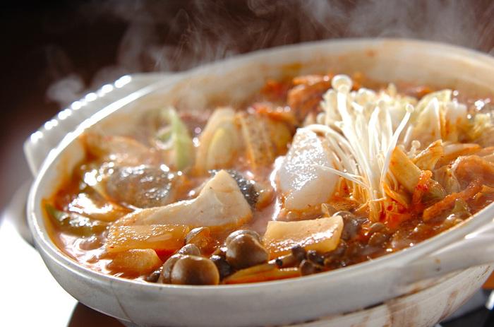 たらと相性が良いキムチ。これだけでも美味しいですが、サバ缶を加えることでうま味倍増。締めはうどんや中華麺がおすすめ!