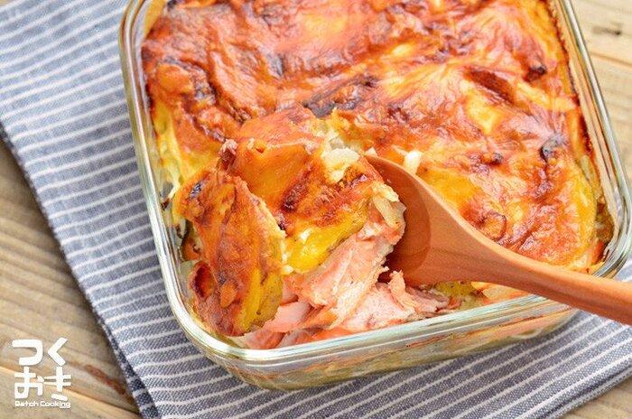 冷蔵庫に鮭、牛乳、マヨネーズ、粉チーズを常備していればいつでも作れるのが強み。レンジ/オーブンどちらもOKな耐熱皿を使えば、調理後の後片付けも楽に。※冷蔵庫で4日間ほど保存可能とのこと。