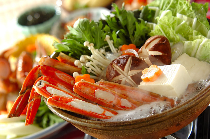 豪華にかにを入れた鍋。かにを思い切り楽しめるように、合わせる具材は白菜、春菊などシンプルなものを。ポン酢や紅葉おろしを用意するのがいいでしょう。締めは、かにたま雑炊!