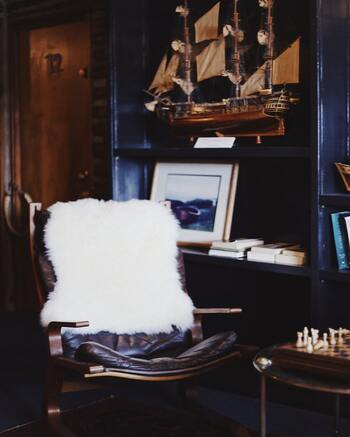 海外のアンティーク家具は、アパルトマン風の空間作りに欠かせないアイテム。古くても丁寧に使われているインテリアは、奥ゆかしい品の良さを与えます。