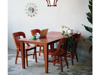ミッドセンチュリー時代のサンバーストクロックとアンティーク家具のコーディネートも素敵です。新しいもの×古いものや古いもの同士など、上手に暮らしに取り入れる、それこそが海外のアパルトマンの真骨頂。