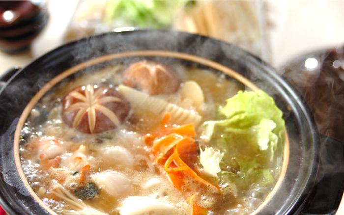 フカヒレスープに、いかやえびなどの魚介を加えて楽しむ鍋。少しとろみがついたスープなので、食材にスープが絡んで美味しいです。締めはご飯と卵を加えて卵雑炊!パクチーやポン酢をお好みで加えましょう。