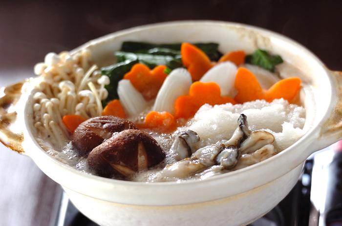 かきは海のミルクと呼ばれており、栄養価が高いのが特長です。風邪予防にも効果的。ほうれん草には鉄分が多く含まれているので、貧血気味の方にもおすすめしたい鍋レシピです。