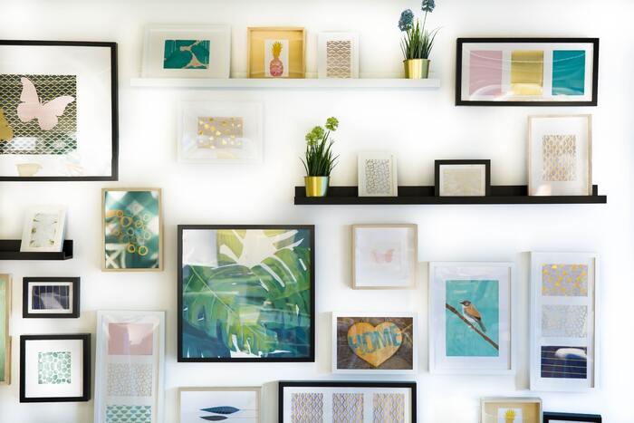 素敵な空間に必ずといっていいほどあるのが、壁を使ったデコレーションです。ポスターやカードを飾ったり、趣味のものをディスプレイしたり。自分らしさを発揮するのに絶好のスペースです。