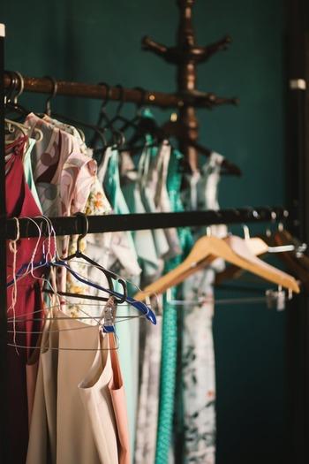「棚卸」って業者っぽいイメージを受けますが、実は私たちの日常でも自然に行なっていること。  例えば衣替えのタイミングで、クローゼットの棚卸しを行なっている方は多いのではないでしょうか。そこから「スカートを買おう」等、必要なものを確認したり、「去年まではお気に入りだったけど、今年は着そうもないな」と、時には手放す判断をすることも。  あなたの「心の中」も同じく、棚卸を実践してみましょう。心の中も、必要なものを確認したり、時には手放す判断をするべきなんですよ。
