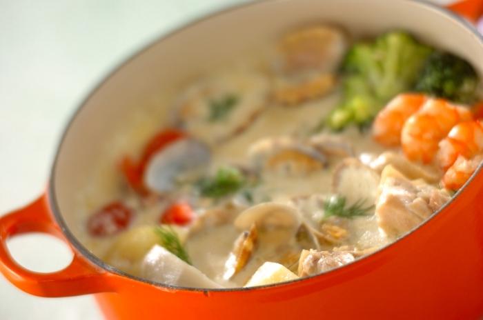 お子さまでも食べやすいクラムチャウダー風の鍋レシピ。アサリだけではなくえびやじゃがいも、トマトなども美味しく食べられます。スライスチーズを入れることでコクをプラス、本格的な味わいになります。