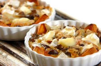 耐熱皿に敷いたパンに掛けるのは、ホワイトソースに代えて「卵液」。作り方は溶き卵や生クリーム、ツナなどを混ぜるだけ。カマンベールチーズはトースターに入れる前に手でちぎって散らします。