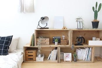 りんご箱なら並べたり、重ねたりするだけで立派な棚ができあがります。こんな風に少しずらして並べても、またいい感じ♡雑誌を収納するのにもちょうどいいサイズ感です。