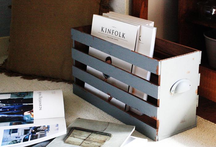 読みかけの雑誌を入れておくのにちょうどいいボックス。持ち運びしやすいように、取っ手をつけるのがポイントです。