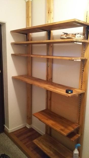 棚受け金具を取り付ければ、大きめの棚板もしっかりと固定することができます。壁一面にサイズぴったりの本棚を作りたい!という人にもオススメ。