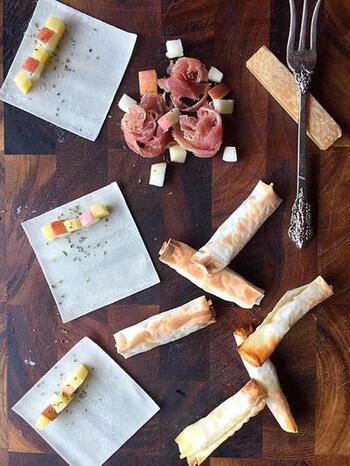 コンテチーズというチーズを使ったレシピです。春巻の皮にりんごとチーズを交互に並べて巻いて、トースターで焼くだけ。おつまみにもおやつにもなる一品です。