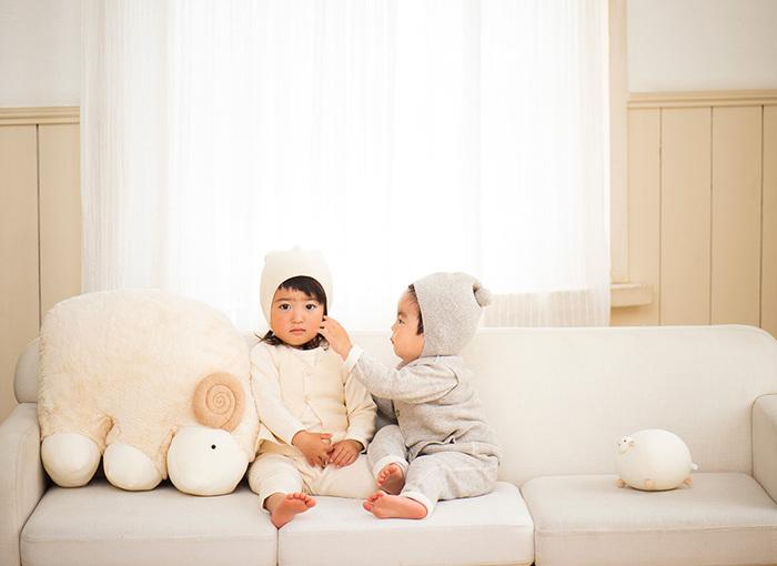 素材も色合いも、正にSimple is Best。オーガニックコットンが使われ、縫い目もないので、ピッタリめのサイズでもお子さんがストレスに感じる事が少なそうですね。耳まですっぽりなので、寒い冬のお散歩のお供には最高の帽子です。頭の上のポンポンがアクセントに。優しい生成りの色は、少し大きくなると意外に着せにくいもの。まだお洋服にも淡い色が多い小さな頃に、この優しい色合いを、ぜひ楽しんでみてくださいね。お誕生のお祝いにもおすすめです。