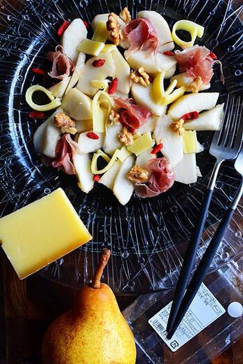 洋梨の甘さ、チーズやナッツのコク、生ハムの塩味で、ドレッシングなどがなくてもそのまま美味しいサラダです。チーズは、コンテチーズかナチュラルチーズがおすすめです。くこの実を散らせば、おもてなしの一品にもなりそう。