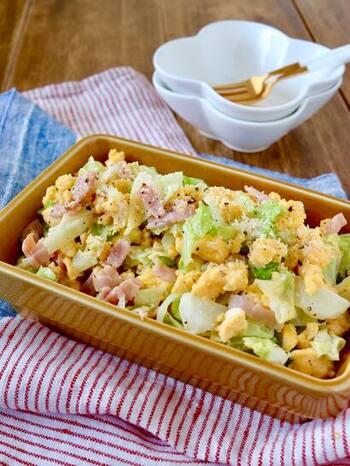 牛乳と卵に粉チーズを混ぜ合わせることでカルボナーラ風のサラダになっています。温かくても冷たくても美味しいので、作り置きしておいても大丈夫です。