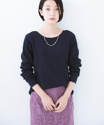 普段使いのシンプルな黒のカットソーやニットをお持ちなら、スカートを女性らしいレース素材に変えて、華奢なネックレスを1連。これだけでもグッと上品なスタイルに。