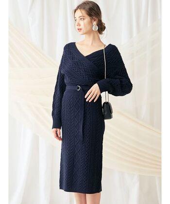 シンプルなのに上品で華やか。ハイウエストのデザイン性の高い紺のニットカシュクールワンピースは、大人の女性だからこそ似合うアイテムです。華奢なバッグはアクセサリー感覚で身につけて。イヤリングも大ぶりのものをセレクトしましょう。