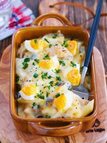 バターでソテーした鶏もも肉としめじ、ゆで卵、マカロニとボリューム満点。 あらかじめ牛乳で溶いた薄力粉を使うホワイトソースはダマになりにくく、マカロニを茹でてソースと和えるまでの作業が1つのフライパンでこなせます。