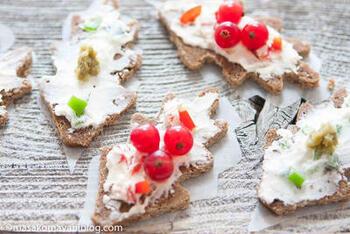 パンをクッキーの型で葉の形にして、雪に見立てたクリームチーズをデコレーション。赤と緑の素材をトッピングすればクリスマスカラーに。カナッペは気軽に作れて華やかさも出せるパーティー向けのメニューです。