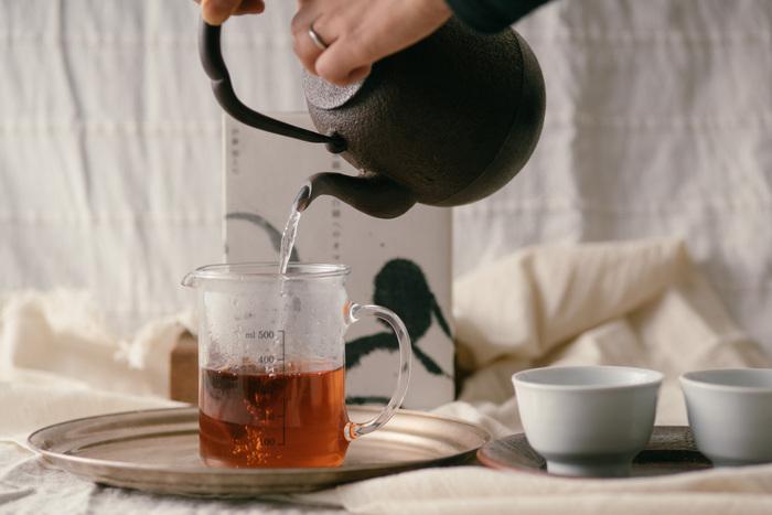 どれも紐なしのテトラ型ティーバッグが6袋入っており、マイボトルにお湯と一緒に入れて、気軽に持ち歩けます。長時間ティーバックを入れると、渋くなったりするイメージがありますが、こちらのティーバッグは、どのタイミングで飲んでも変わらず美味しいお茶をいただけるよう、何度も試行錯誤を繰り返して作られたお茶なので、いつでも美味しいお茶をどこでもいただけます。