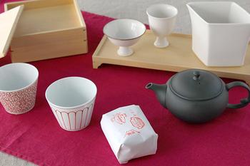 静岡県に次いで2位の茶葉生産量を誇る鹿児島県にある「すすむ屋茶店」では、厳選した茶葉の個性にあった焙煎法で焙煎しています。こちらの可愛らしいパッケージに入っているお茶は、お正月に皆でいただきたい「大福茶(おおぶくちゃ)」。