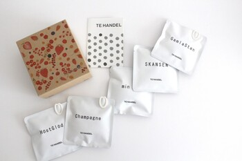 """ベリーとフルーツのブレンドフレーバーが5種類入っている、「TE HANDEL」のパッケージもキュートな「Tea Bag Box """"Red"""" 」。"""
