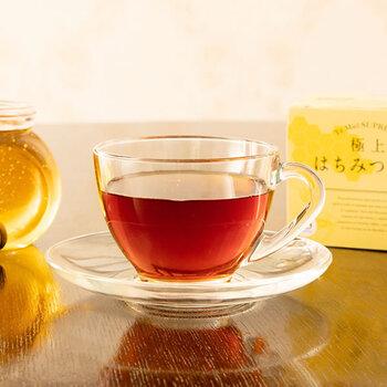 インドやスリランカなど、世界の有名な茶葉の産地から届く茶葉を厳選し仕入れている紅茶専門店「Lakshimi(ラクシュミー)」の、スペイン産の上質なはちみつがたっぷり使われた「極上はちみつ紅茶」。