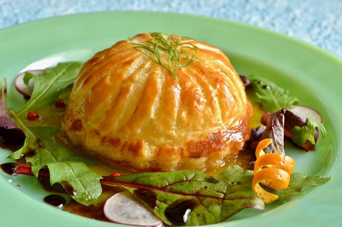 市販のパイシートを利用すれば簡単に出来上がる鮭のパイ包み。オレンジの果汁を煮詰めたソースを添えて、上品に。