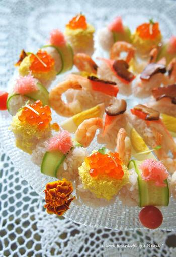 エレガントで見栄えが美しいオシャレ寿司。白米に赤ワインと白だしを混ぜているのが、このレシピのポイントです。