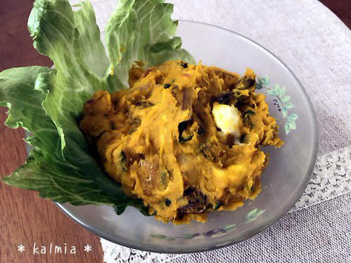 こっくりとしたかぼちゃの甘みに、しっとりとしたラムレーズンの香りがよく合うレシピです。玉ねぎのシャキシャキ感や、チーズやアーモンドなどのなめらかで香ばしい食感で、思わず箸がすすみます。