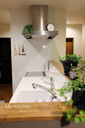 調理中に油がはねるコンロ周りは、特に汚れやすいですね。壁やカウンターがサッと拭けるようにコンロ周りには常にスッキリをキープ。 これなら調味料や調理器具を移動させる手間が省けてすぐに掃除が終わりますね。