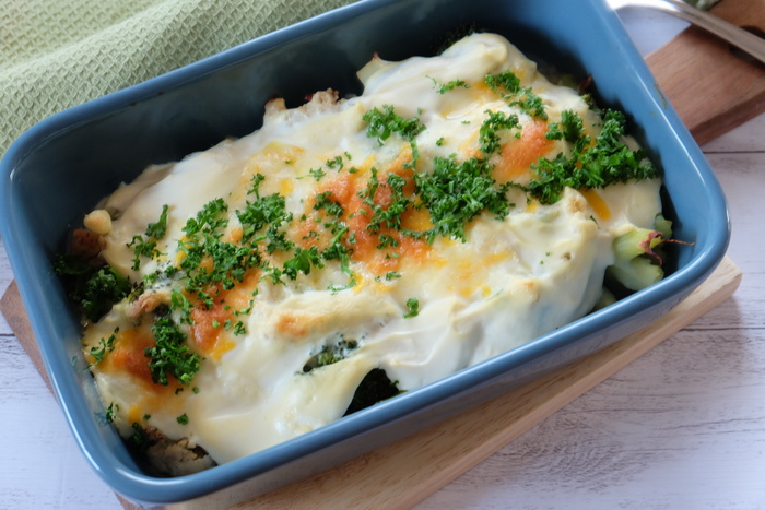 チーズの代わりに、塩麹とフードプロセッサーでなめらかにした豆腐のクリームソースをかけてオーブンへ。ねぎやブロッコリー、カリフラワーは事前に蒸すことによって、より甘みを増してくれます。