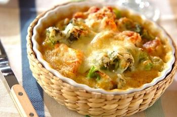 オーブンの予熱タイムにお肉や野菜をクリームコーンと煮ておくとあとあとの手間がくラク。 葉酸やビタミンC、E、K、食物繊維が豊富なブロッコリーをひとりにつき半株使ったレシピ。缶入りクリームコーンとブロッコリ―の優しい甘さ、こんがりとソテーした鶏もも肉も入って満足な主菜に。