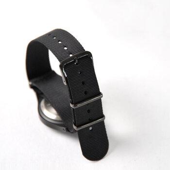 ナイロン素材で作られた軽量のファブリックベルトは、通称「NATOベルト」とも呼ばれます。NATO軍の腕時計に使われていたミリタリーベルトが名前の由来ですが、今では腕時計をカジュアルなテイストに変えてくれるおしゃれアイテムとしても人気です。